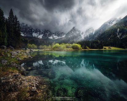 Обои Голубое озеро, окруженное горами и деревьями, фотограф Juan Pablo de Miguel