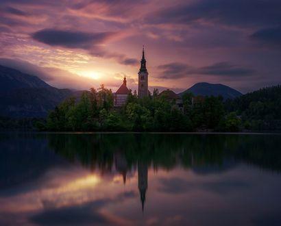Обои Остров Блед, Словения, церковь и замок на острове, фотограф Juan Pablo de Miguel