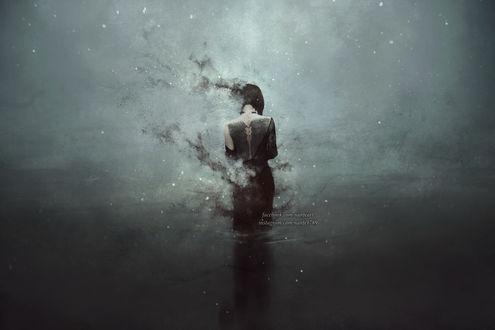 Обои Девушка, стоящая в воде, рассыпается пеплом, by NanFe