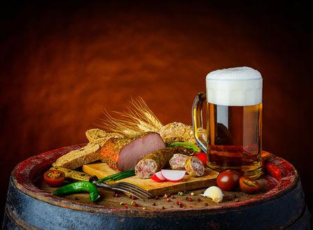 Обои Натюрморт из бокала пива и закуски