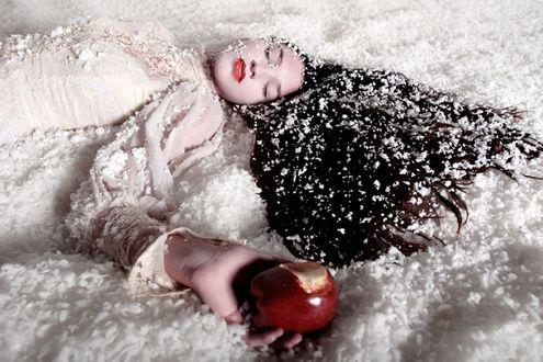 Обои Девушка с закрытыми глазами, с надкусаным яблоком в руке, запорошенная снегом