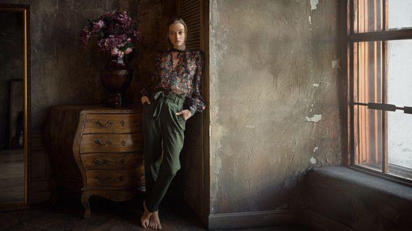 Обои Модель Маша стоит у стены, фотограф Георгий Чернядьев