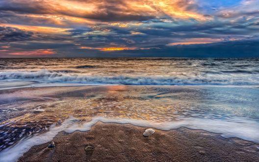 Обои Побережье моря под пасмурным небом