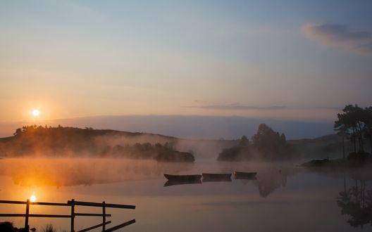 Обои Восход солнца, лодки на туманной реке