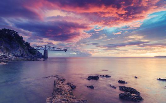 Обои Вечер, спокойное побережье моря, вдалеке виднеется разрушенный мост