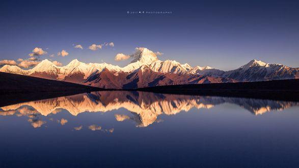 Обои Горы и их отражение в воде, фотограф Qiye иµЈе·ћжџ'з€є