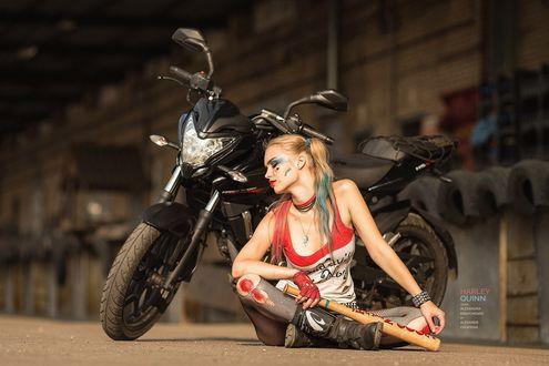 Обои Девушка в образе Harley Quinn / Харли Квинн сидит у мотоцикла