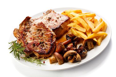 Обои Тарелка с отбивной, картошкой фри и грибочками