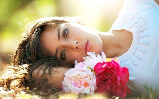 Обои Девушка лежит на земле с цветами