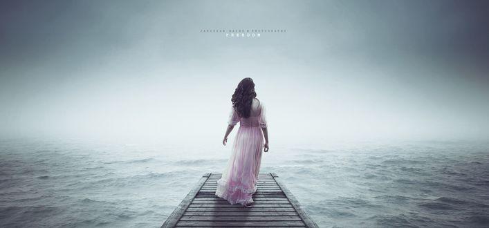 Обои Девушка стоит спиной к нам на мостике и смотрит на море, автор Jaroslaw Wasek