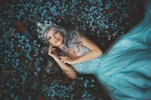 Обои Модель Marcela Vovsovа лежит на поляне цветов, фотограф Marketa Novak