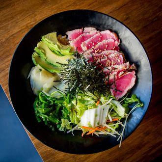 Обои Ломтики копченого мяса, посыпанные кунжутом, в тарелке с овощным салатом и яйцом, by Pro Image photography