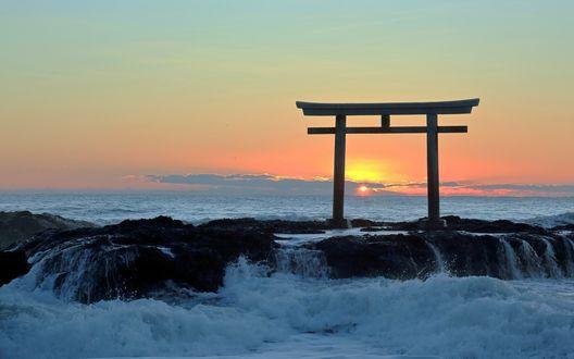 Обои Закат солнца, тории на камнях в море, Япония