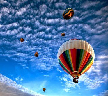 Обои Разноцветные воздушные шары в ясном небе