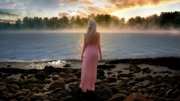 Обои Девушка стоит на берегу туманной реки