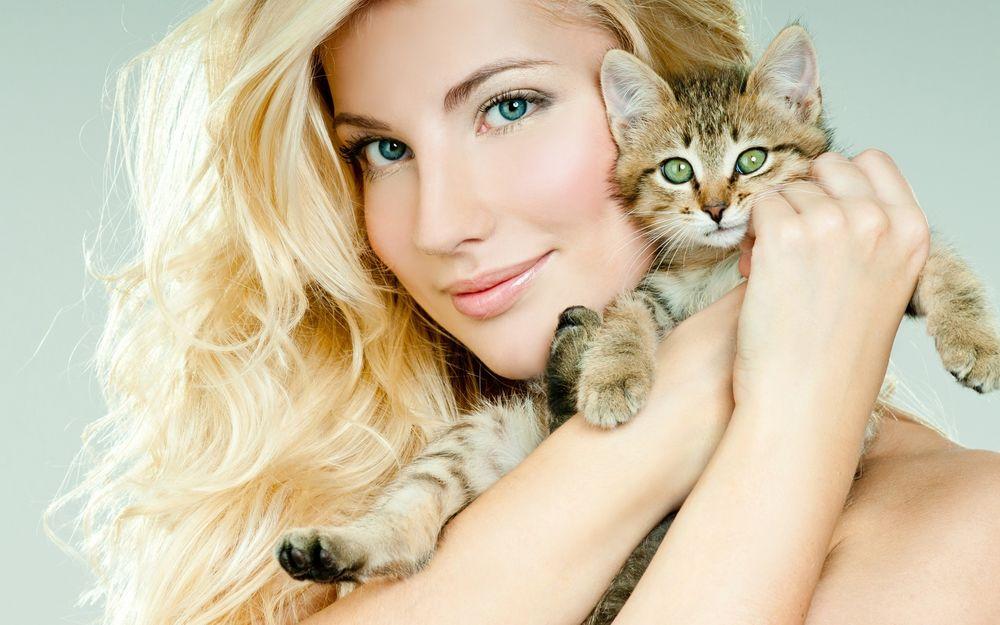 Обои для рабочего стола Светловолосая девушка с полосатым котенком