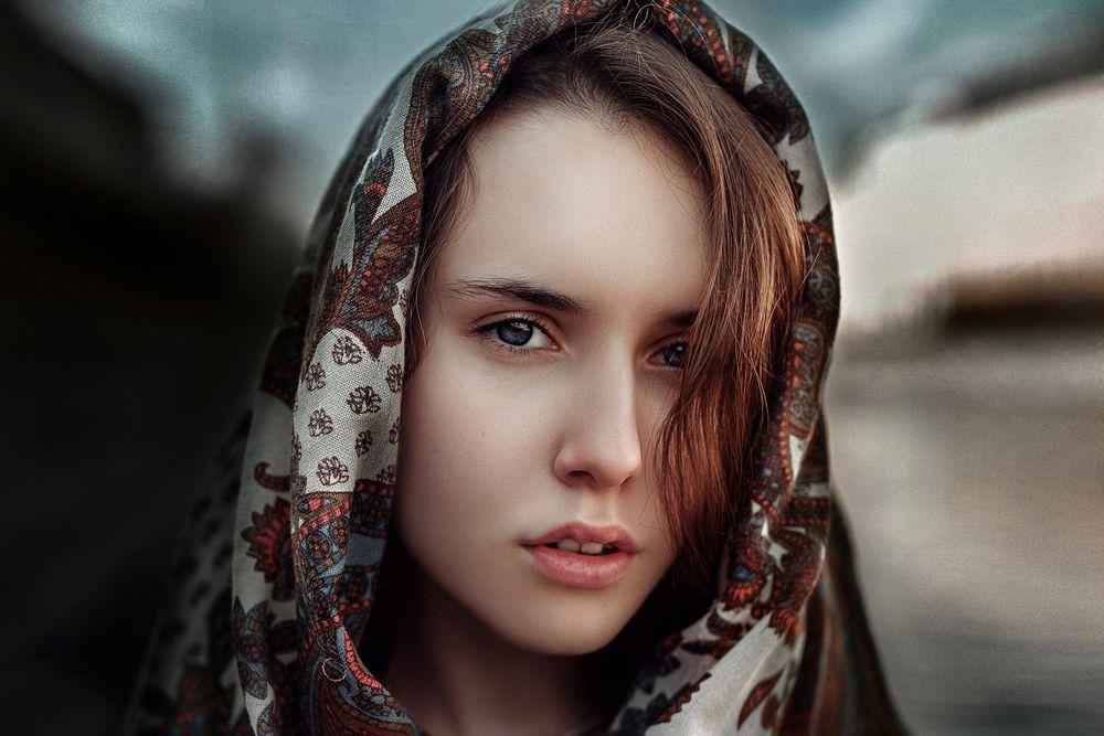 Обои для рабочего стола Девушка Лиза в платке, размытый фон, фотограф Георгий Чернядьев