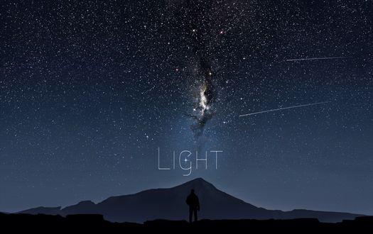 Обои Силуэт мужчины стоящего на холме на фоне ночного неба и млечного пути (LIGHT)