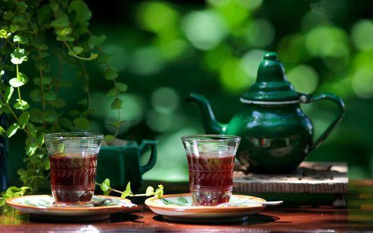 Обои Две чашки чая и зеленый чайник на столике на природе
