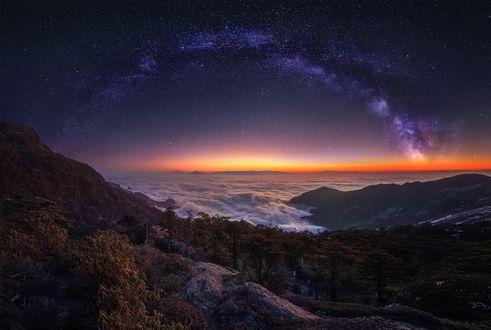 Обои Млечный путь над горами на заре