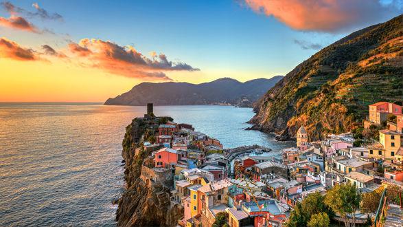 Обои Город Vernazza в Italy / Италии у моря, фотограф Francesco Gola
