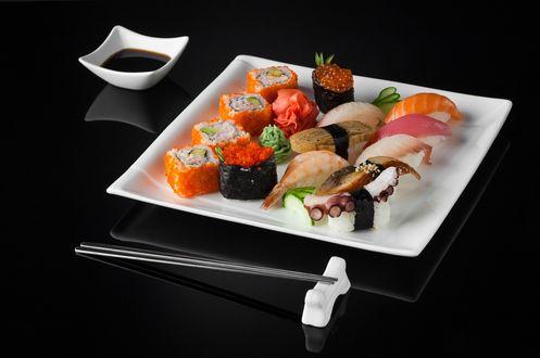 Обои Японская кухня: ассорти из суши и роллов, рядом соус и палочки для еды