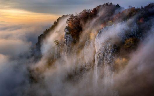 Обои Ранее утро, гора, окутанная туманом