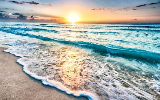 Обои Морские волны омывают берег