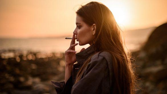 Обои Девушка Анна с сигаретой стоит на фоне природы, фотограф Sacha Leyendecker