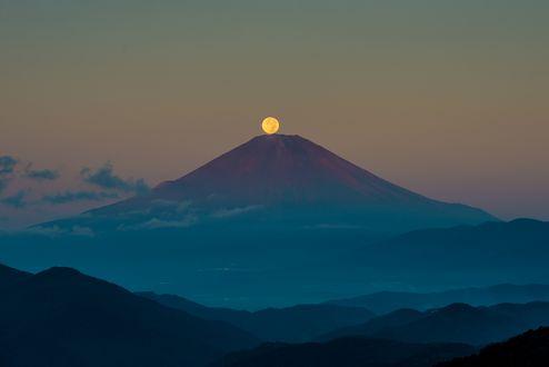 Обои Желтая луна над вулканом Фудзияма, Япония