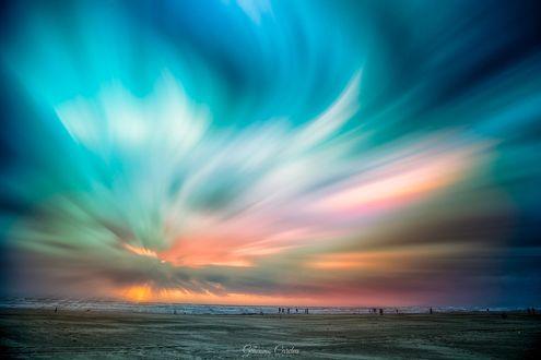 Обои Люди на побережье любуются красочным небом на закате, фотограф Giacomo Cardea