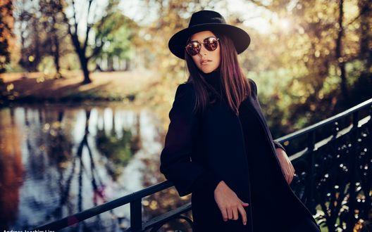 Обои Модель Laureen Berndt / Лорин Берндт в шляпе и очках стоит на мосту, фотограф Andreas-Joachim