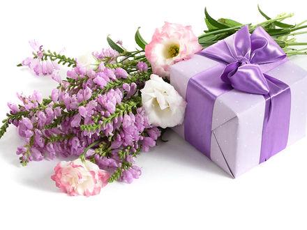 Обои Букет цветов лежит возле подарочной коробки