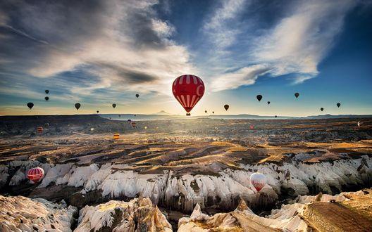 Обои Воздушные шары парят над скалами в пустыне
