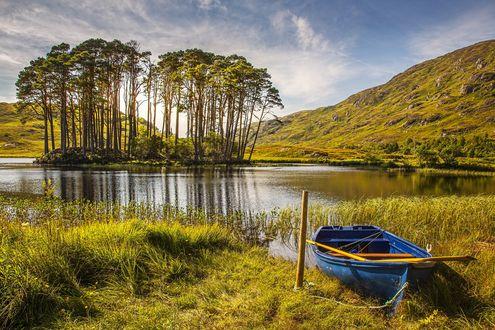 Обои Маленькое озеро с островом среди холмов в Шотландии