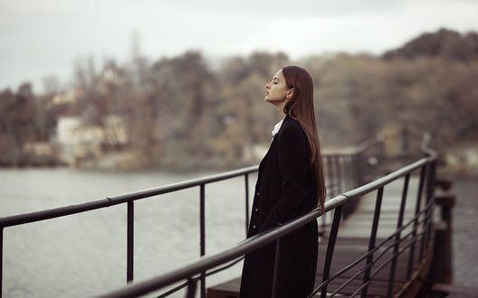 Обои Девушка в черном пальто стоит на мостике, фотограф Анастасия Никитина