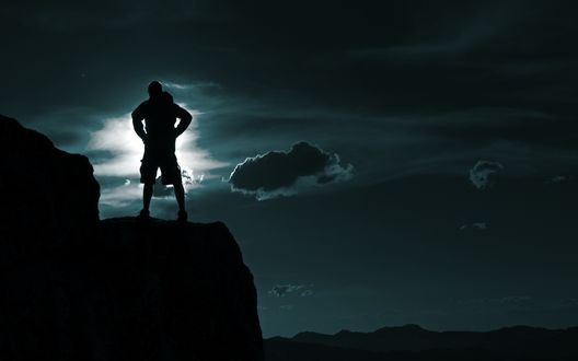 Обои Силуэт мужчины на скале на фоне ночного неба и лунного света