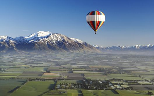Обои Воздушный шар в небе над полями