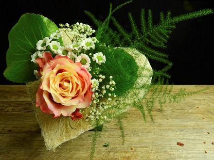 Обои Букет в форме сердца, цветы и листья на деревянной поверхности