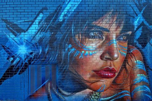 Обои Граффити, лицо девушки с украшениями и тату, на кирпичной стене