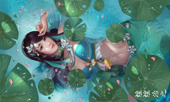 Обои Девушка азиатской внешности лежит в воде с листьями кувшинок
