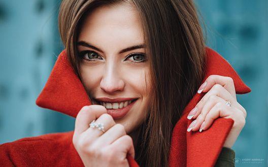 Обои Улыбающаяся девушка Полина приподняла ворот красного пальто. Фотограф Евгений Маркалев