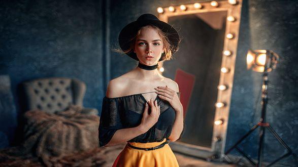 Обои Девушка Маша в прозрачной блузке и шляпе стоит в комнате, фотограф Георгий Чернядьев