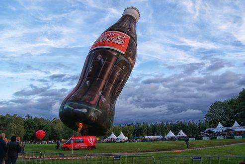 Обои Оригинальный воздушный шар в виде бутылки кока-колы, фестиваль воздушных шаров