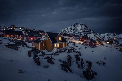 Обои Дома на заснеженных горных образованиях, Сисимиут, Гренландия, фотограф Mads Pihl