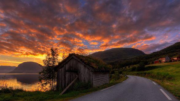 Обои Маленький дом у дороги и реки на фоне закатного неба