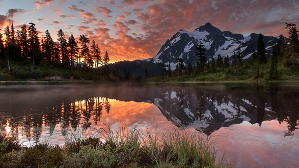 Обои Озеро возле гор и леса под вечерним небом