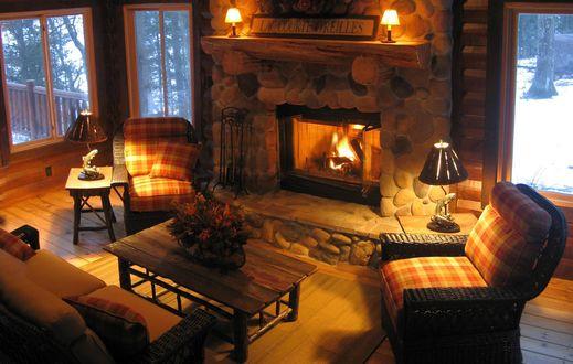 Обои Уютная гостиная с камином в загородном доме