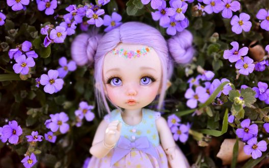 Обои Красивая кукла на фоне цветов