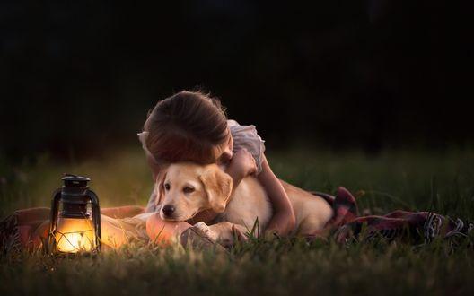 Обои Девочка на поляне обнимает щенка лабрадора, фотограф Clare Ahalt